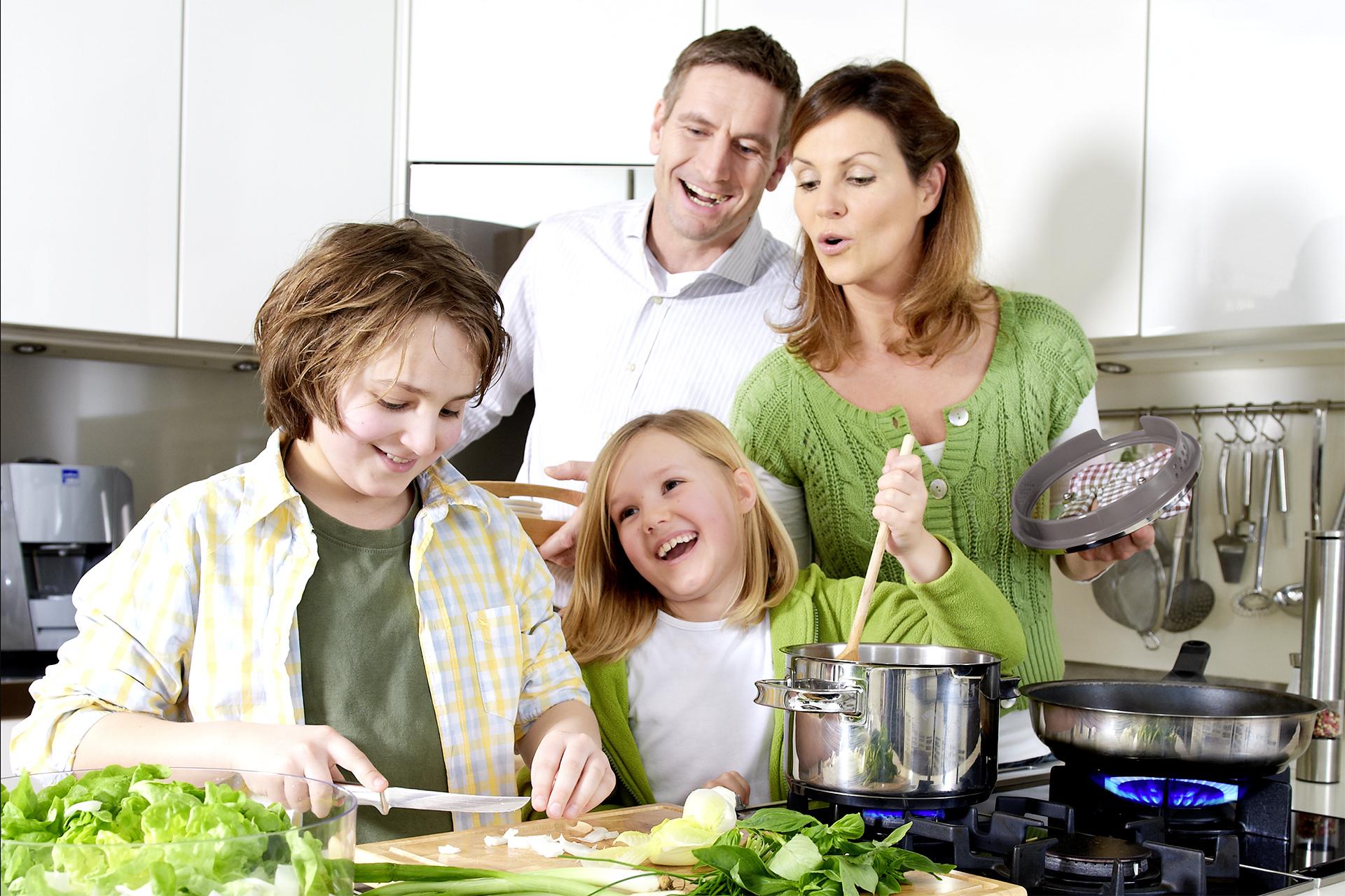 Familie kocht gemeinsam zu Hause